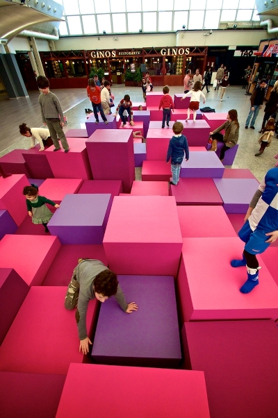 At one time or another, all children are tempted to jump up and down on the sofa in their living room – and their parents' hair stands on end every time they see them do it. Now there is a solution to the problem: theleisureway has created a sofa for Sexta Avenida in Madrid where children can enjoy themselves and parents can relax in comfort. Image: theleisureway