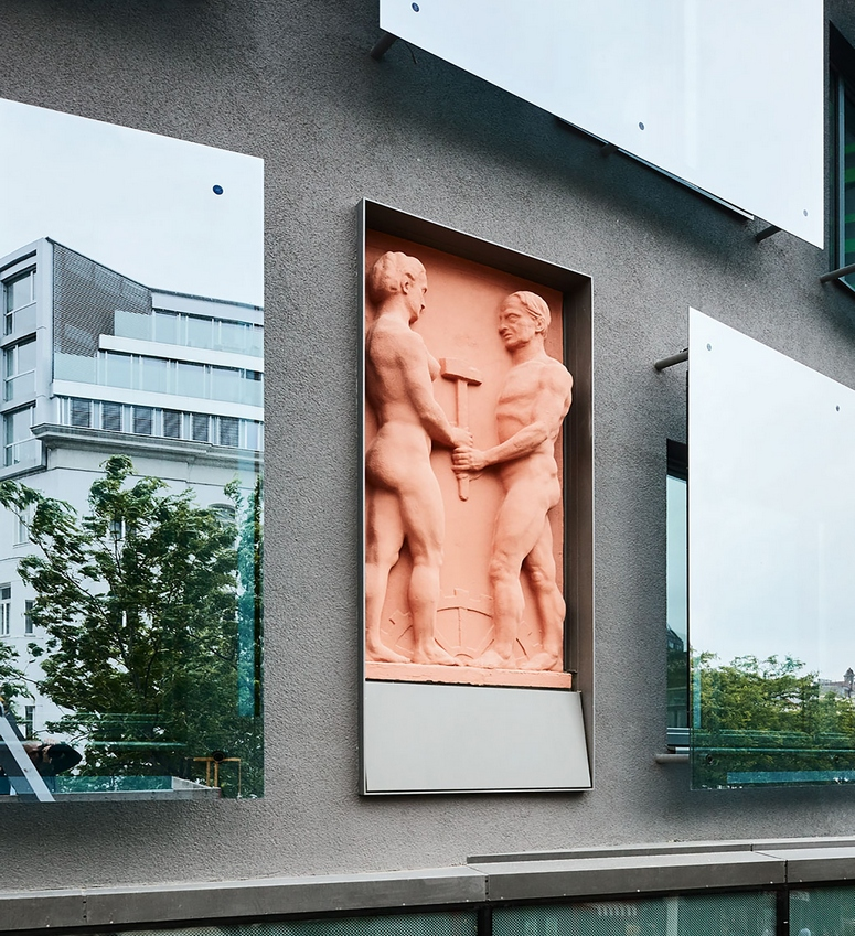 In 1911, the Austrian Sculptor Anton Hanak (1875 - 1934) created the facade relief panels. They now shine again in their original colors. Image: Bruno Klomfar